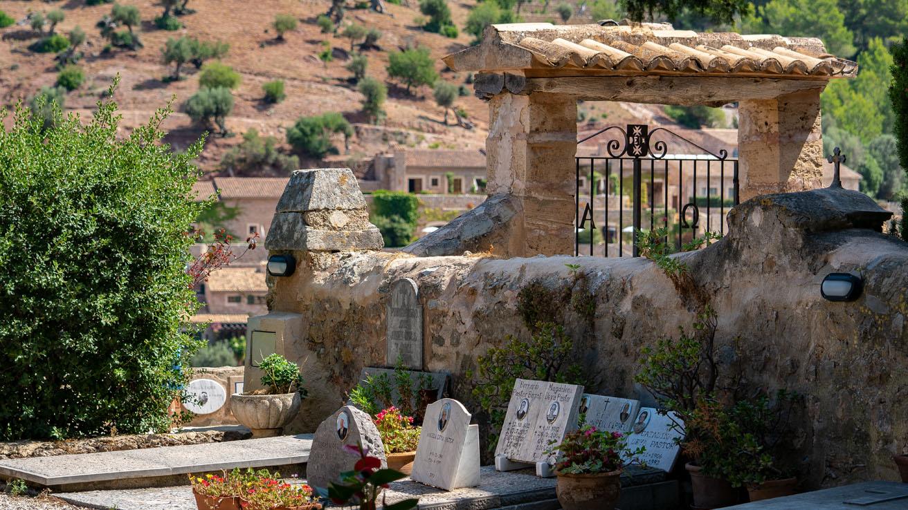 eingang tor mallorca deia friedhof bestattungshaus anna lutter neuss bestattungen bestatter